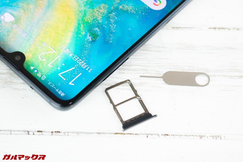 Huawei Mate 20のSIMトレイはNanoSIM×2以外に独自のNMカードも挿入できる。