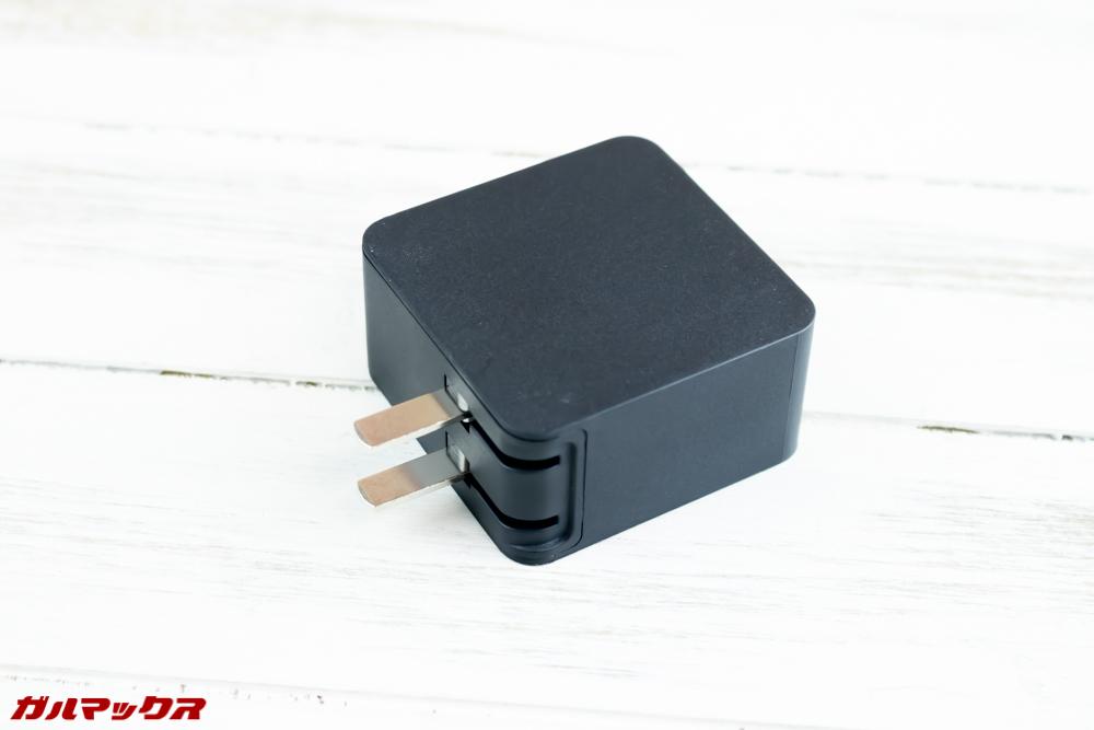 One Mix 2Sの充電器はプラグが折り畳めるタイプで日本のコンセントに挿すことが出来る形状でした。