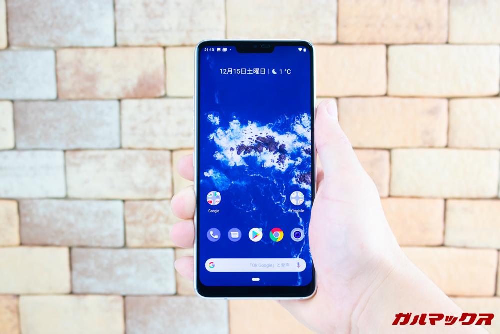 Android One X5の筐体は案外コンパクト。従来の5インチほどのサイズとなっています。