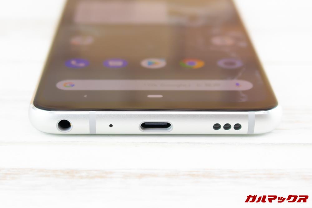 Android One X5の本体下部には充電端子のほか、イヤホンジャックとスピーカーが備わっています。