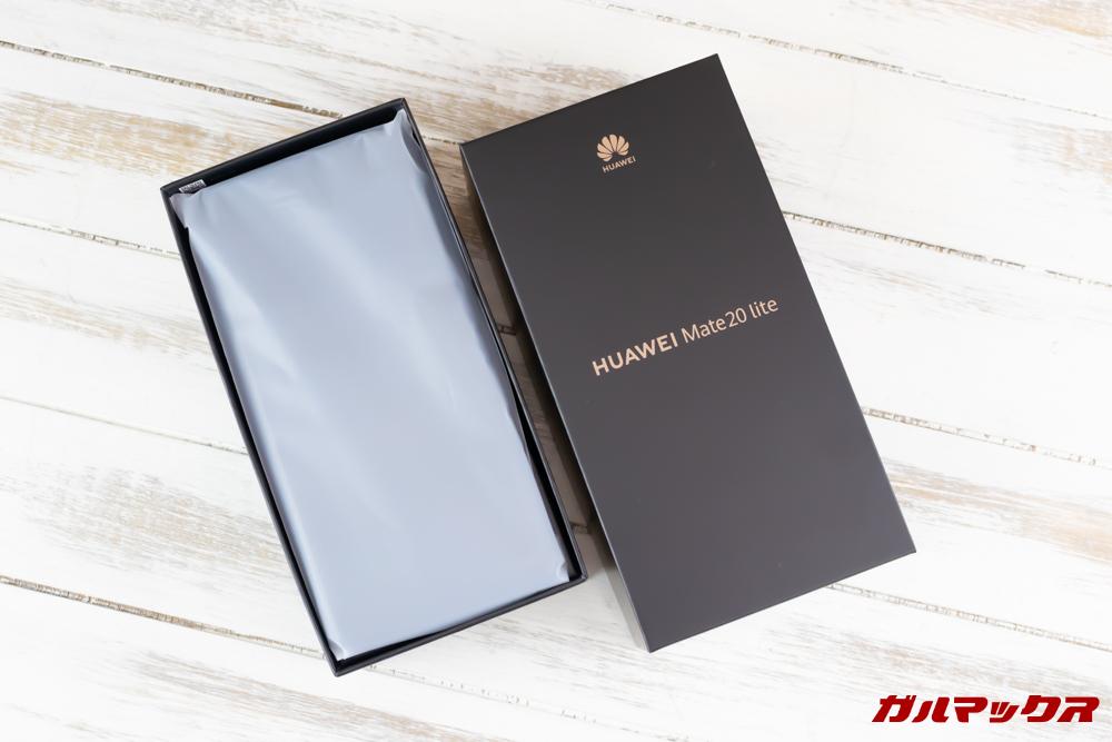 Huawei Mate 20 liteの外箱蓋を開けると最上段に本体が入っています。