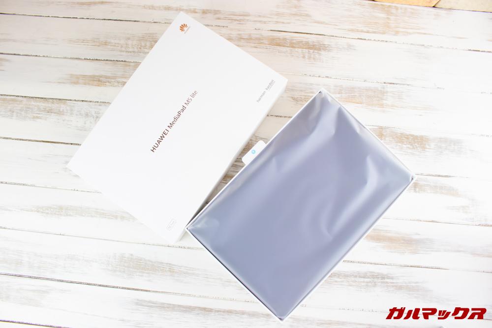 Huawei MediaPad M5 liteの外箱蓋を開けると最上段が端末。