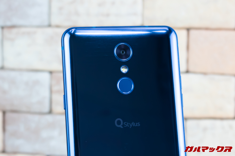 LG Q Stylusの背面にはカメラと指紋認証が搭載されています。