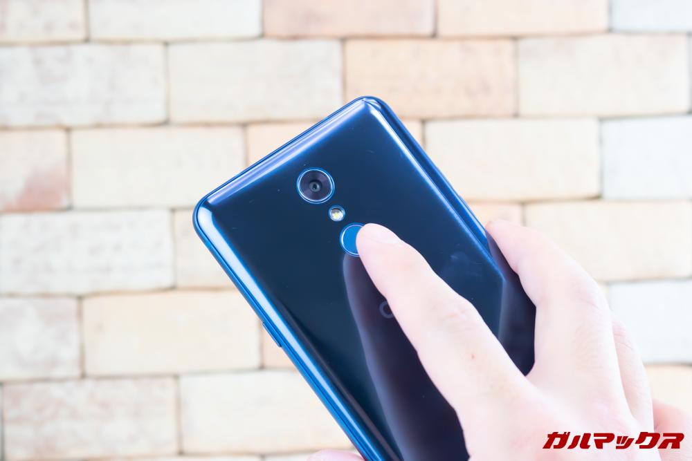 LG Q Stylusは指紋認証センサーを搭載しているので、簡単にロック解除が可能となっています。