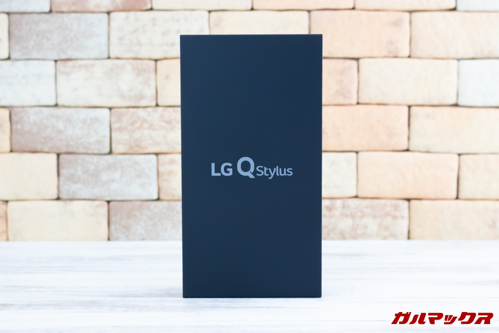LG Q Stylusの外箱はブラックカラーです。