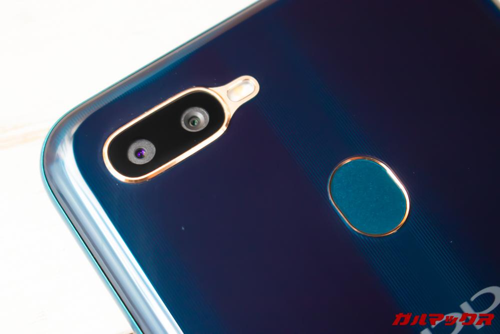 OPPO AX7の背面にはデュアルカメラと指紋認証が備わっています。