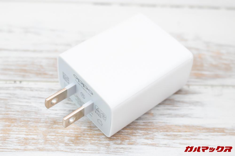 OPPO AX7は日本のコンセントに挿すことの出来る充電器が付属。