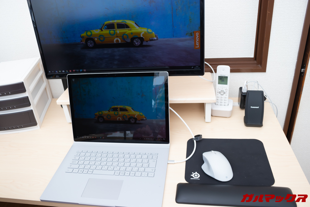 通常のノートパソコンだと備え付けのキーボードが邪魔で外付けキーボードを置くスペースが無い