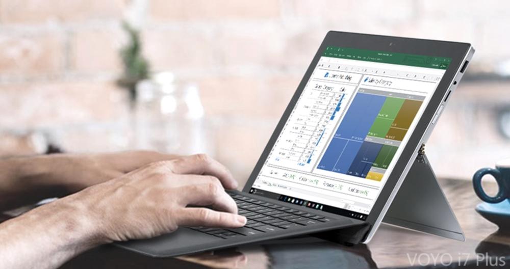 VOYO VBook i7 PlusのキーボードはSurfaceの様に傾斜をつけることが出来る。