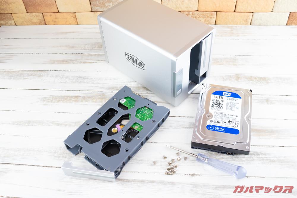 TerraMasterF2-221のHDDトレイはHDDをネジで固定するタイプ。