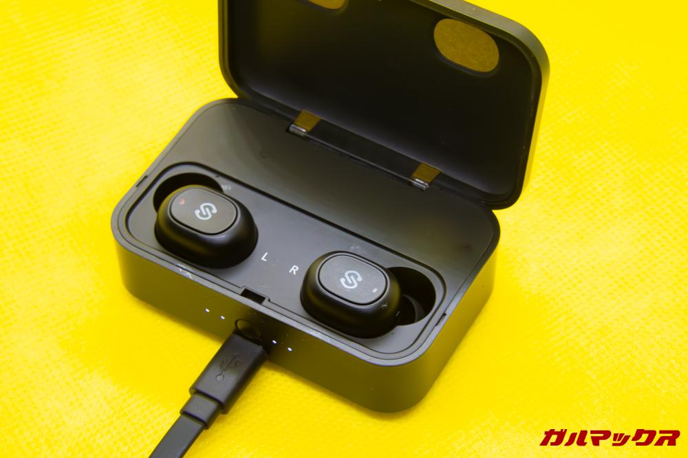 SoundPEATS Q32はインジケータも搭載。蓋を開けなくてもバッテリー残量が分かるのは便利です。