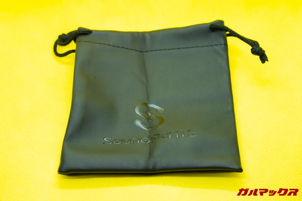 SoundPEATS Q32は持ち運び用の巾着も付属しています。