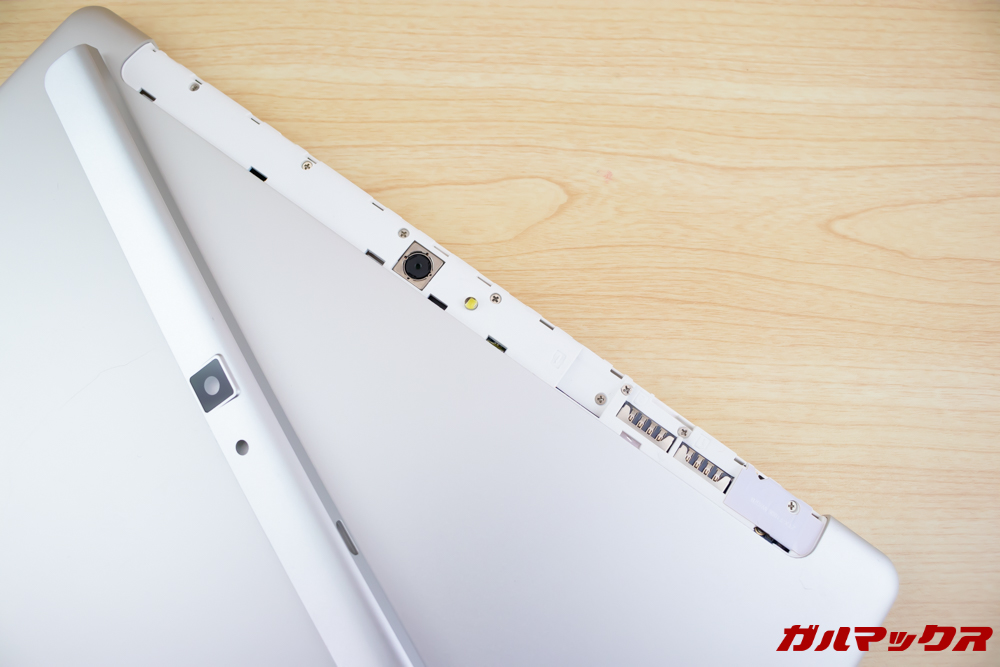 ALLDOCUBE M5Xの背面カバーを取り外すとSDスロットやSIMスロットにアクセス可能です。