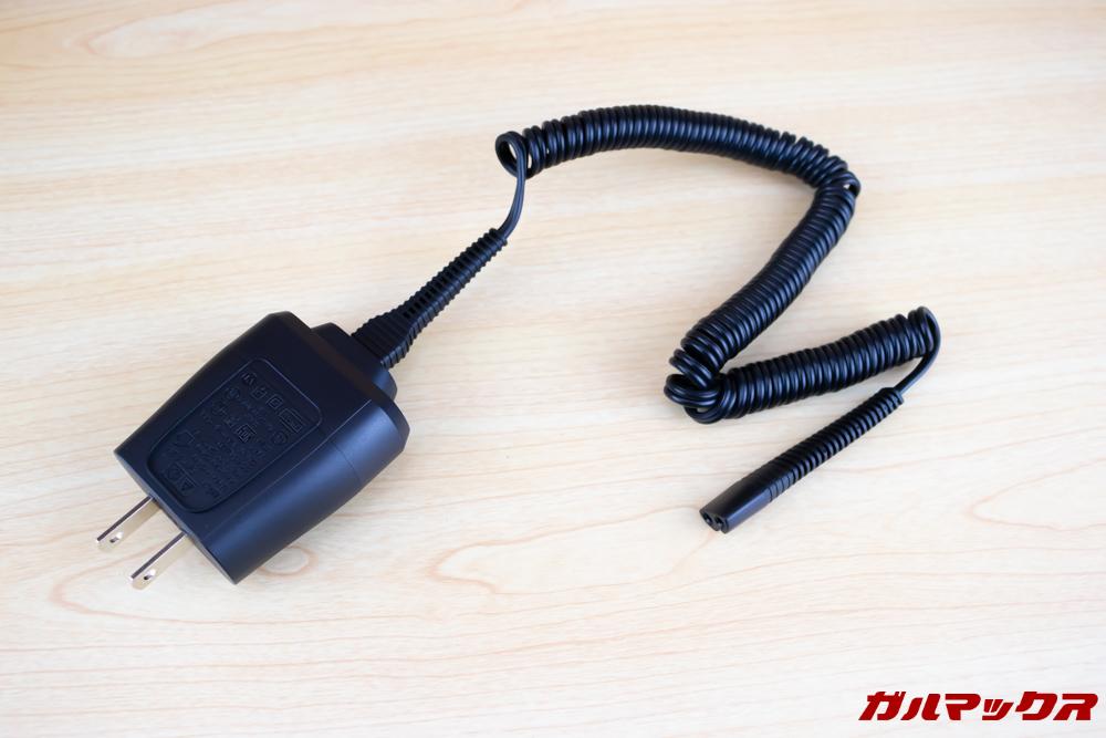 BRAUN Series 9(9250cc-P)の充電器はカールコードで柔らかく取り回しやすいです。