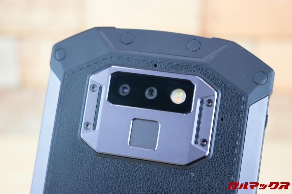 DOOGEE S70の背面はデュアルカメラと指紋センサーが沿わなっています。