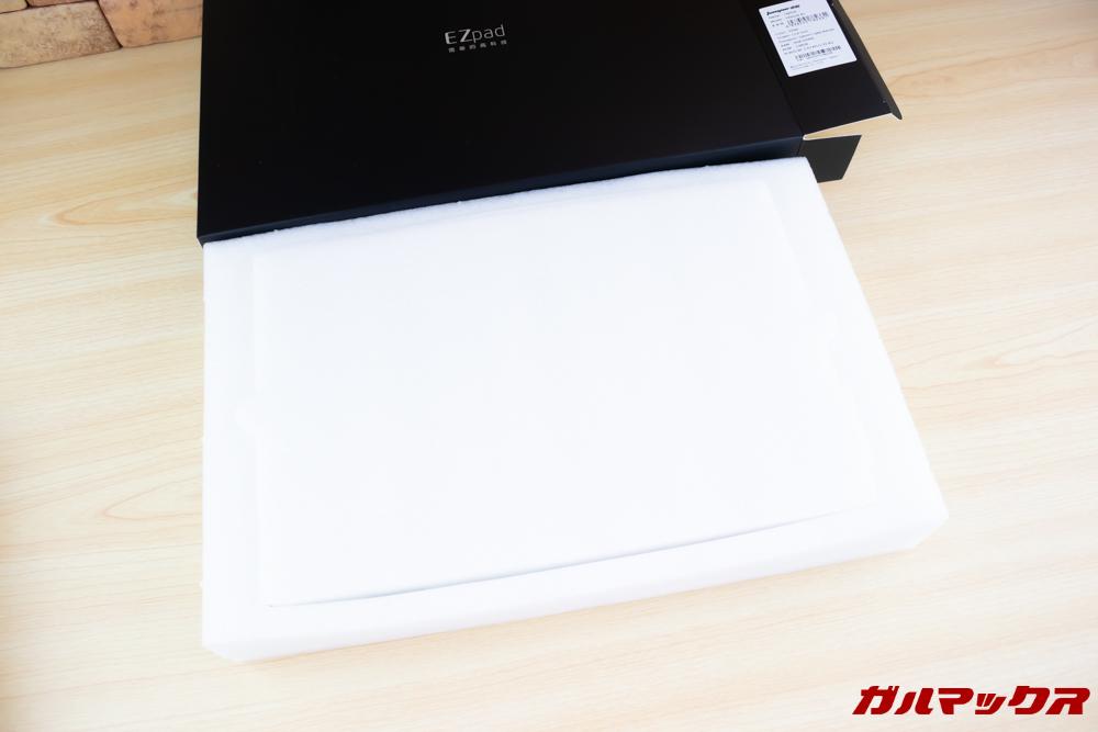 Jumper EZbook X1の梱包は丁寧で頑丈なスポンジに守られているので傷は一切なし。