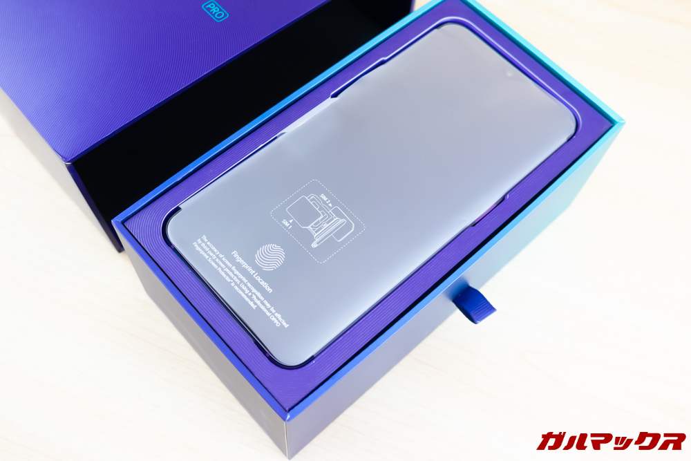 OPPO R17 Proの外箱から内箱を引き出すと最上段に本体が入っています。