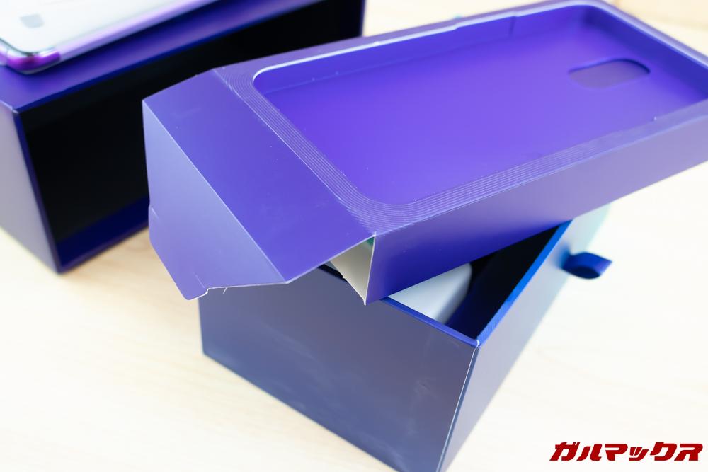 OPPO R17 Proの内箱の本体が入っている仕切りの中にアクセサリーなどが入っています。