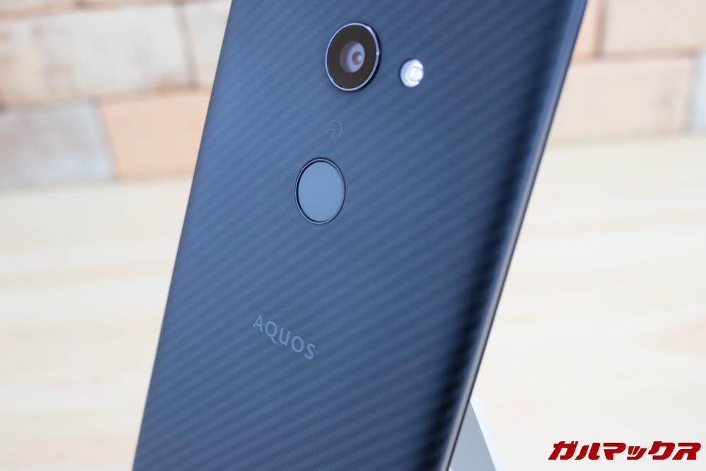 AQUOS zeroは背面に指紋認証センサーを搭載しています。