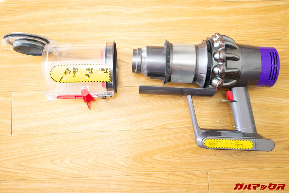Dyson Cyclone V10 Fluffy SV12 FFのダストカップの矢印ボタンを押しながら更にダストカップをスライドさせると分解出来ます。