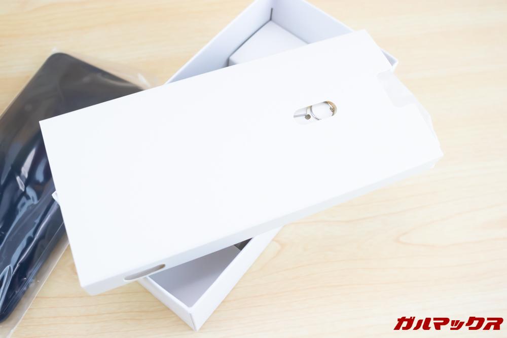 HUAWEI nova lite 3の外箱の中の仕切りはアクセサリーボックスとなっております。