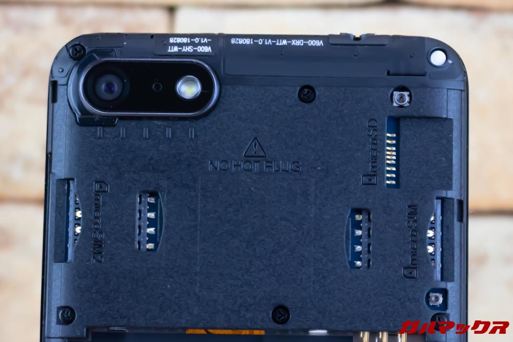 Wiko Tommy3 PlusはMicroSIMが2枚と独立したMicroSDスロットが備わっています。