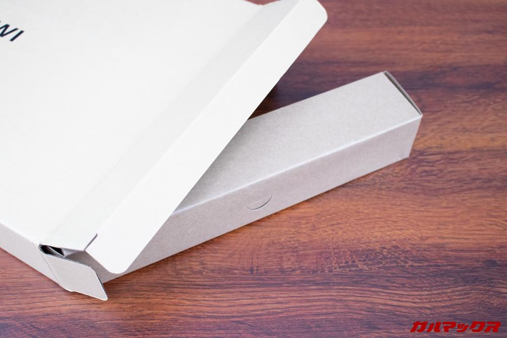 AeroBookの外箱はアクセサリーが別ボックスになってました。