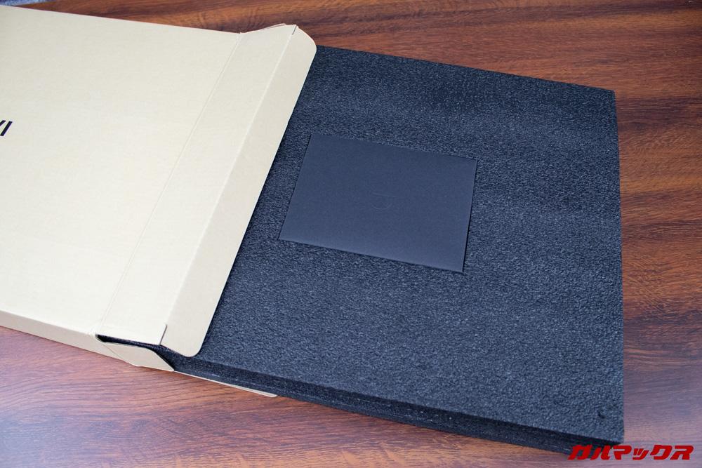 AeroBookを守っているスポンジには取扱説明書なんかが付いているので忘れずに!