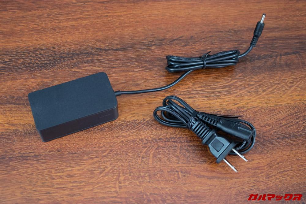 AeroBookは日本のコンセントにも挿すことが出来る充電器が付属しています。