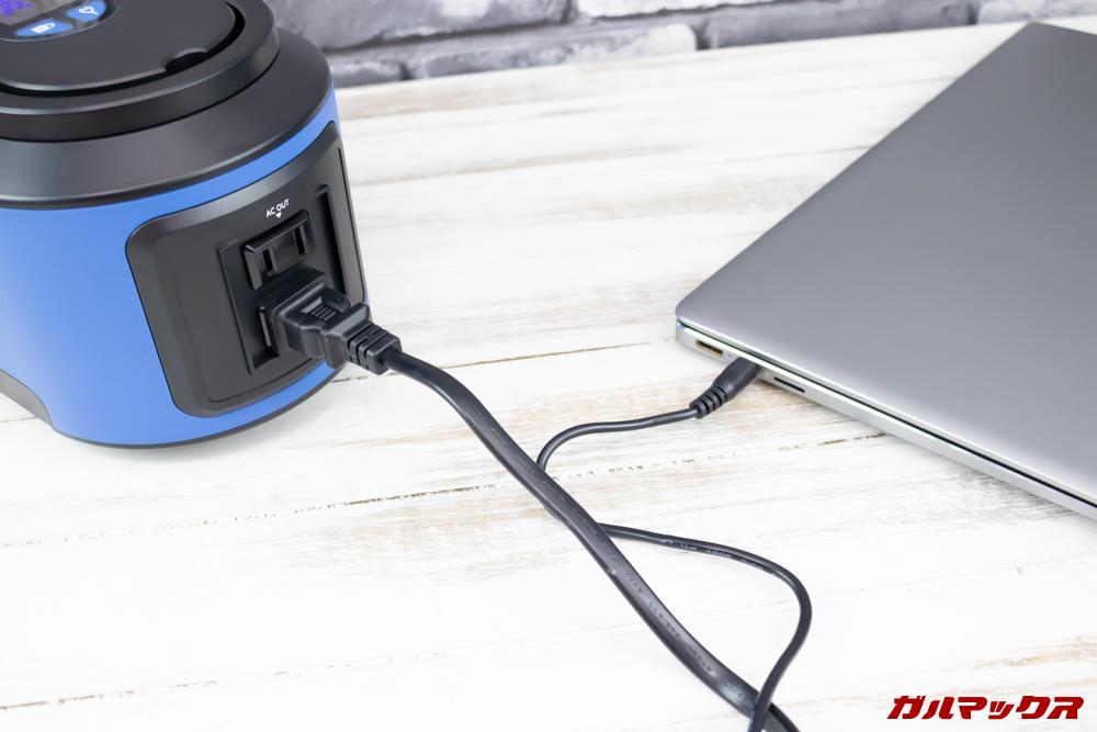 Alfawise S420はコンセントを備えているのでノートパソコンの充電も可能。
