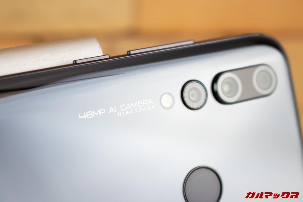 Huawei nova 4のカメラ周囲の印字は横持ちを想定した横書き。