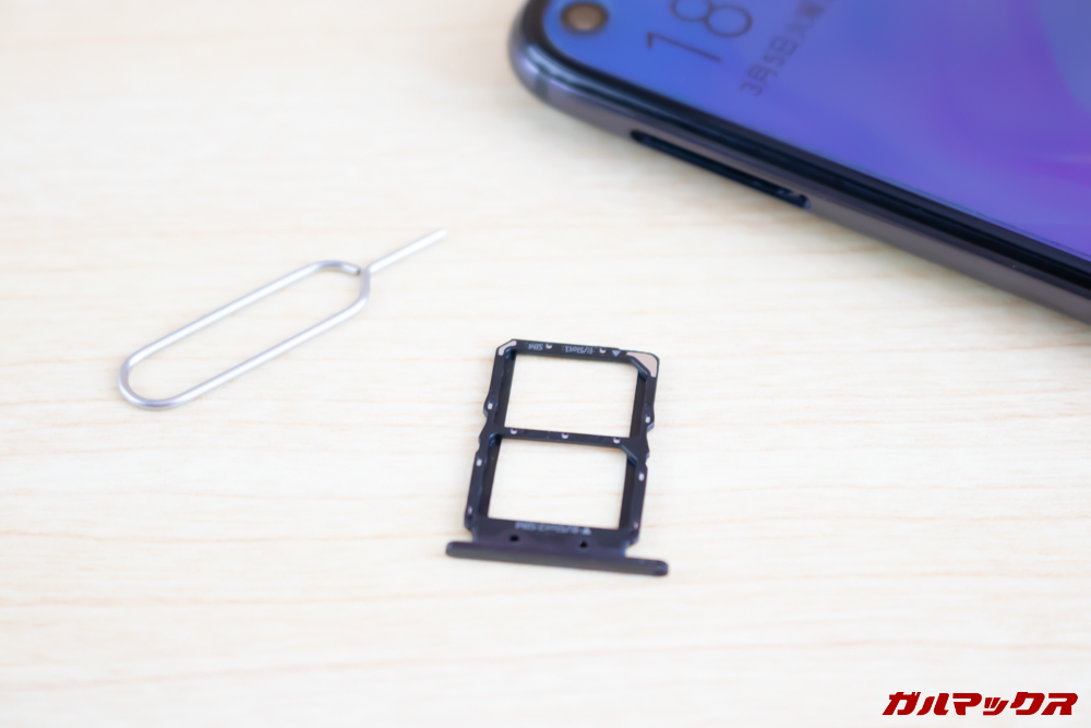 Huawei nova 4のSIMトレイはSIMピンで開くたタイプでNanoSIMが2枚挿入可能。MicroSDなどのストレージカードには非対応となっています。