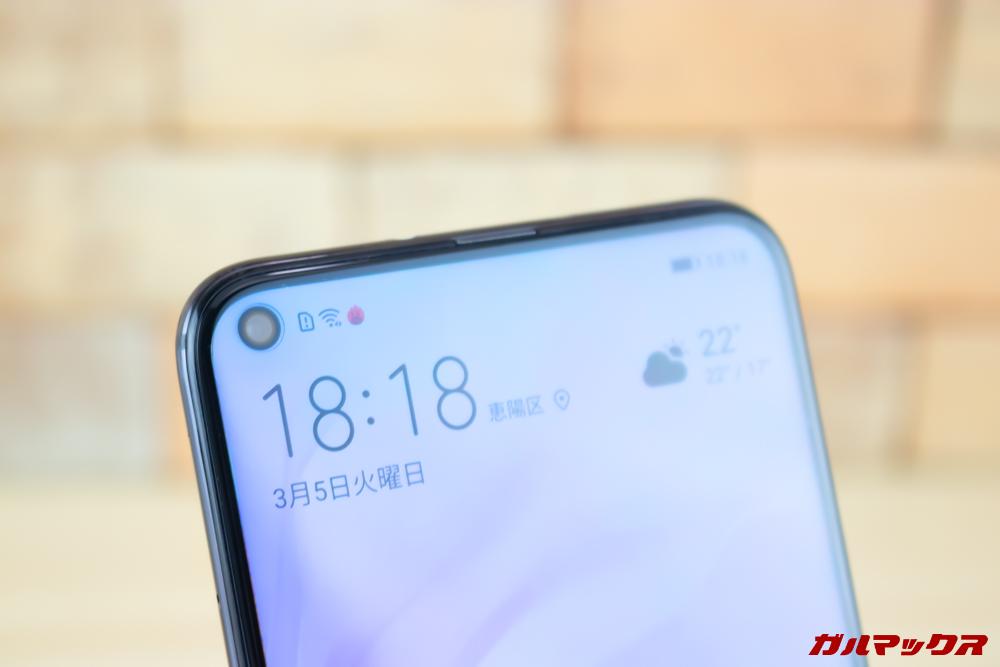 Huawei nova 4のパンチホールディスプレイはインカメラ部分のみがくり抜かれており目立ちません。