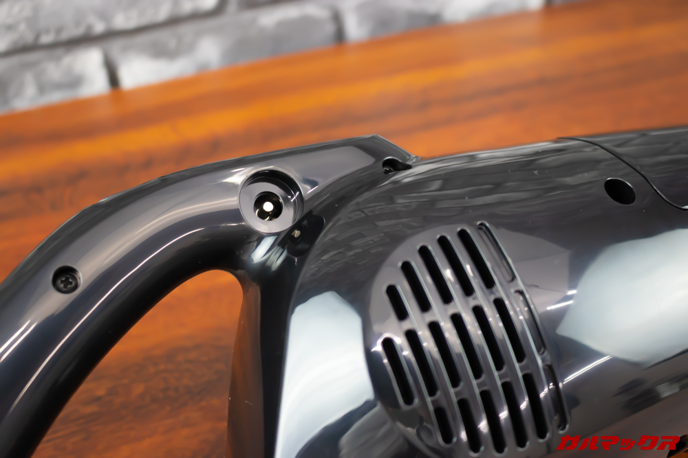 マキタのターボ・60(通販生活限定モデル)は充電時に本体に直接充電ケーブルを差し込むタイプ