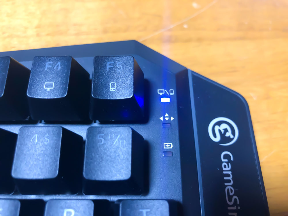 Bluetooth使用時は青いランプが点滅します。
