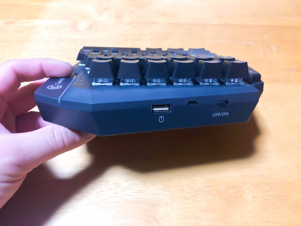 背面にはON/OFFスイッチやUSB端子などが配置されています。