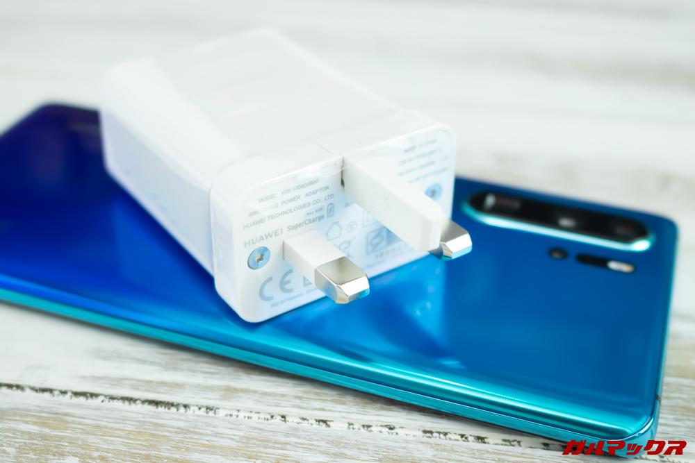 HUAWEI P30 Proの海外モデルは日本のコンセントに挿すことができない形状の充電器が入っています。