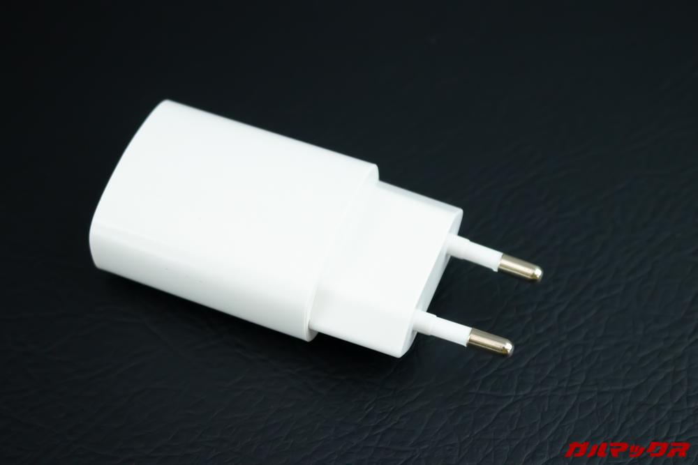 CUBOT Questの充電器は日本のコンセントに直接挿すことが出来ない形状です。