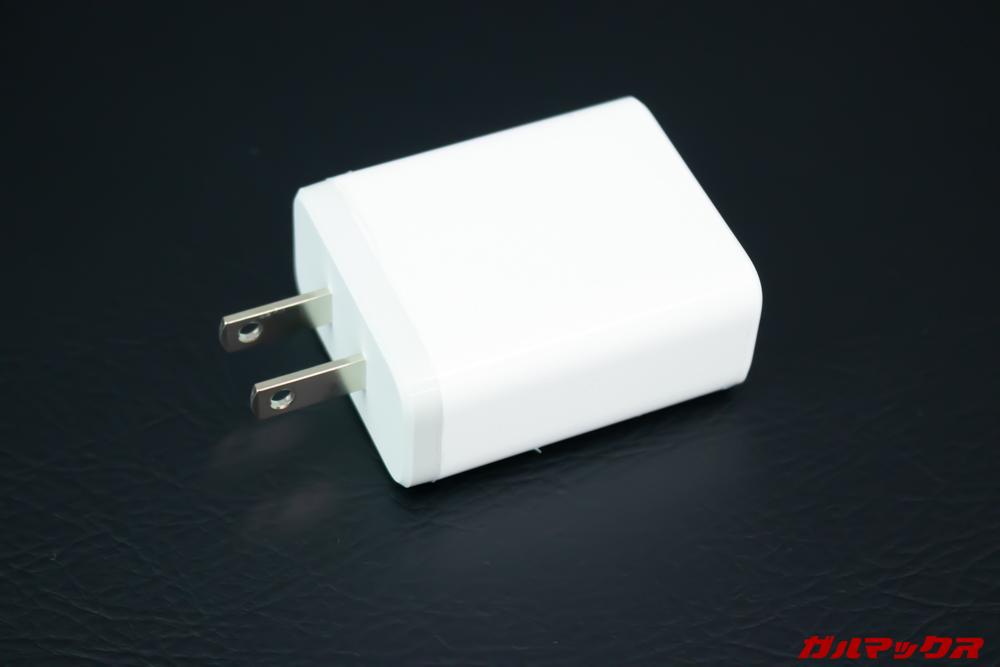 GPD MicroPCの充電器はプラグが収納できないタイプです。