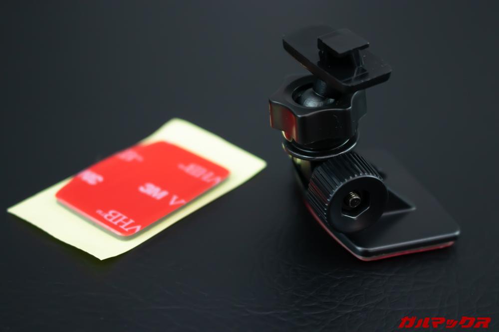 GoSafe S70GS1は粘着テープで固定するマウントが付属。