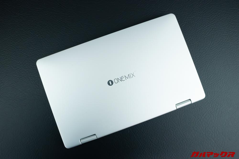 OneMix 3の天板はサラリとした肌触りで指紋などの汚れは目立ちにくい