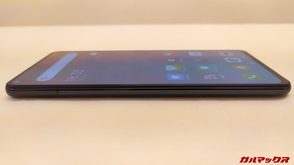 Xiaomi Mi 9Tの左側はスッキリしたデザインを採用している。