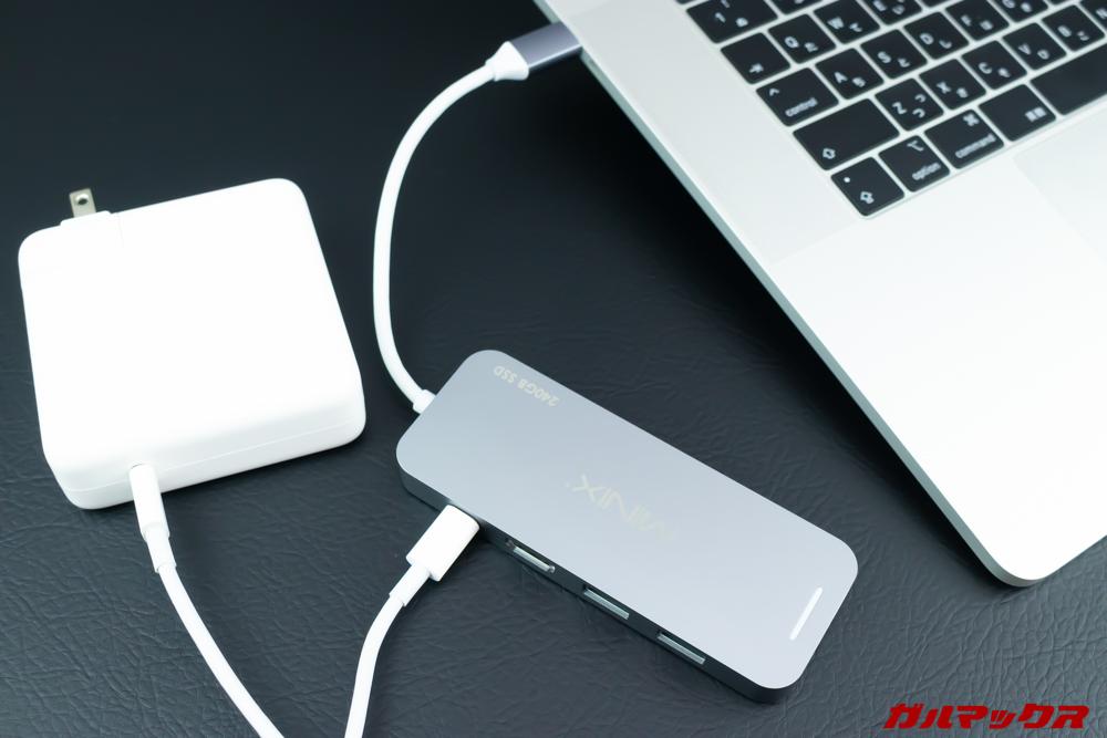MINIX NEOはPD対応なので充電ケーブルを挿して充電できます。