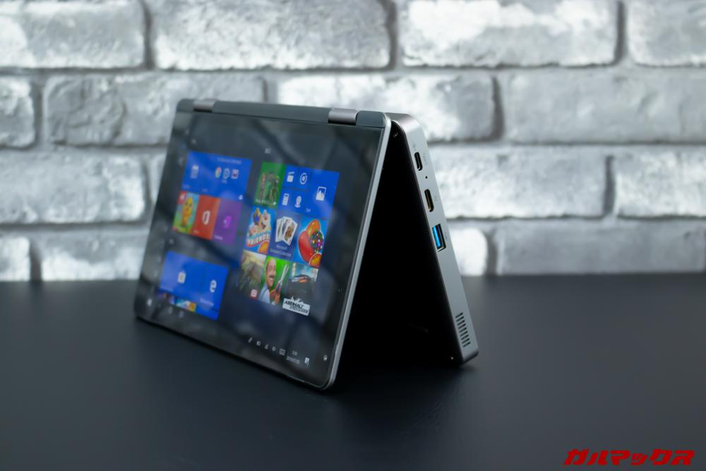 MiniBookはタブレット形状から少し画面を開くことで省スペースで自立することが出来る。