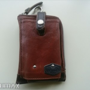 スマホも財布もこれひとつ!腰からぶら下げるスマホ用の小型バッグが便利。