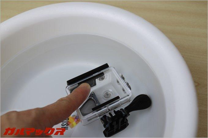 C1に付属している防水カバーを風呂桶に沈めて防水性能をチェックしています