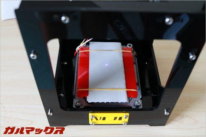 給電するとレーザーが低出力で照射されます。