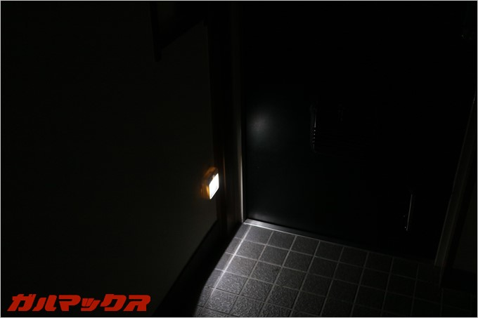 真っ暗闇でも足元を照らしてくれます