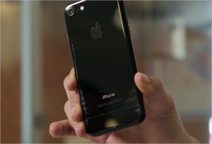 iPhone7のジェットブラックで傷の検証