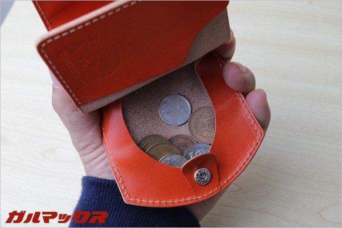 小銭は取り出しやすいようにセキつきのフタ部分にジャラジャラと広げることが出来ます